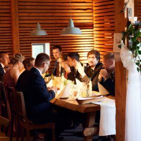Abendstimmung am Tisch der Hochzeitsgesellschaft - Hof Wietfeldt Bennebostel © Hochzeitsfotograf www.hochzeitsverliebt.de