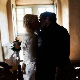 Hochzeitskuss im lichtdurchfluteten Raum beim Ja-Wort - Trauzimmer Schloss Schöningen © Hochzeitsfotograf www.hochzeitsverliebt.de