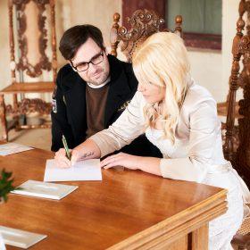 Die Braut beim unterzeichnen des Eheversprechens - Trauzimmer Schloss Schöningen © Hochzeitsfotograf www.hochzeitsverliebt.de
