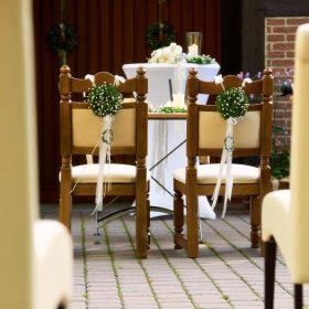 Zwei Stühle für das Brautpaar geschmückt mit Trautisch im Freien - Trauinsel Wienhausen © Hochzeitsfotograf www.hochzeitsverliebt.de