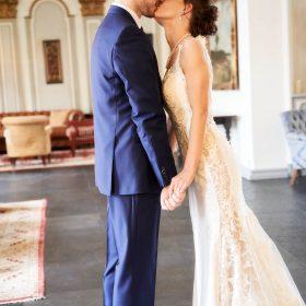 Das Brautpaar küsst sich im Foyer des Hotels - Celle Althoff Hotel Fürstenhof © Hochzeitsfotograf www.hochzeitsverliebt.de