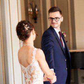 Bräutigam dreht sich im gehen zu seiner Braut um - Celle Althoff Hotel Fürstenhof © Hochzeitsfotograf www.hochzeitsverliebt.de