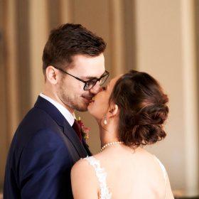 Brautpaar küsst sich im Foyer des Hotels - Celle Althoff Hotel Fürstenhof © Hochzeitsfotograf www.hochzeitsverliebt.de
