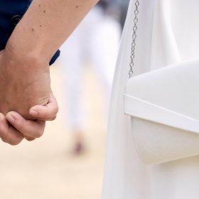 Hände und weisse Handtasche vom Brautpaar - Schloss Richmond Braunschweig © Hochzeitsfotograf www.hochzeitsverliebt.de