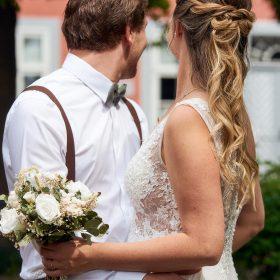 Braut und Bräutigam stehen zueinander mit hellem Braustrauß und schauen von der Kamera weg - Standesamt Winsen Aller © Hochzeitsfotograf www.hochzeitsverliebt.de