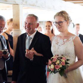 Baut und Brautvater gehen Hand in Hand durch die Gäste - Hof Wietfeldt Bennebostel © Hochzeitsfotograf www.hochzeitsverliebt.de