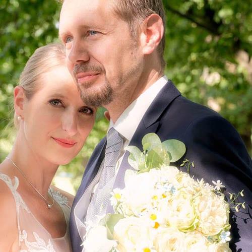 First look vom Brautpaar am Standesamt mit grün im Hintergund - Herrenhäuser Gärten Hannover © Hochzeitsfotograf www.hochzeitsverliebt.de