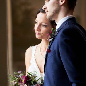 Profilfoto vom Brautpaar am Fenster - Celle Althoff Hotel Fürstenhof © Hochzeitsfotograf www.hochzeitsverliebt.de