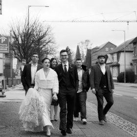 Hochzeitsreportage in schwarzweiss mit Brautpaar und Freunden während des Gangs zum Standesamt - Celle Congress Union © Hochzeitsfotograf www.hochzeitsverliebt.de
