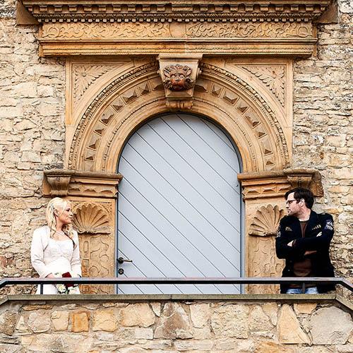 Braut und Bräutigam auf der Steintreppe unterm Torbogen - Schloss Schöningen © Hochzeitsfotograf www.hochzeitsverliebt.de