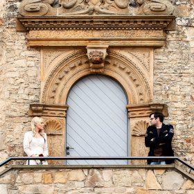 Das Brautpaar steht links und rechts am Schlosseingang und schaut sich an - Schloss Schöningen © Hochzeitsfotograf www.hochzeitsverliebt.de