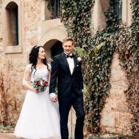 Schlenderndes Brautpaar am Steinhaus mit Efeuranken - Kurpark Bad Nenndorf © Hochzeitsfotograf www.hochzeitsverliebt.de