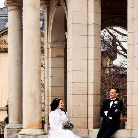 Brautpaar im Herbst am hellen Steingebäude mit hohen Säulen - Kurpark Bad Nenndorf © Hochzeitsfotograf www.hochzeitsverliebt.de