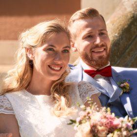 Das Brautpaar kuschelt und lacht in die Ferne - Schloss Eldingen © Hochzeitsfotograf www.hochzeitsverliebt.de