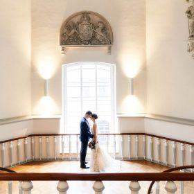 Hochzeitsfoto vom Brautpaar im Lavestreppenhaus mit Gegenlicht - Schloss Celle Hochzeit © Hochzeitsfotograf www.hochzeitsverliebt.de