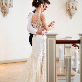 Seitliche Perspektive vom Brautpaar im Lavestreppenhaus - Schloss Celle Hochzeit © Hochzeitsfotograf www.hochzeitsverliebt.de