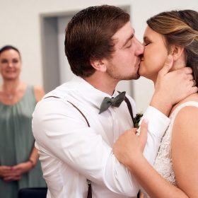 Hochzeitskuss im Standesamt - Standesamt Winsen Aller © Hochzeitsfotograf www.hochzeitsverliebt.de