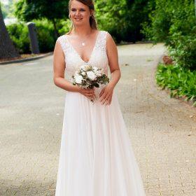 Die Braut geht Richtung Standesamt - Standesamt Winsen Aller © Hochzeitsfotograf www.hochzeitsverliebt.de
