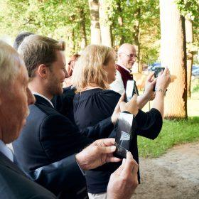 Seitliche Perspektive der Hochzeitsgesellschaft, die mit Handys fotografiert - Hof Wietfeldt Bennebostel © Hochzeitsfotograf www.hochzeitsverliebt.de