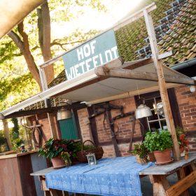 Detailaufnahme vom Aussentresen am Fachwerk der Location - Hof Wietfeldt Bennebostel © Hochzeitsfotograf www.hochzeitsverliebt.de