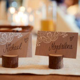 Namensschilder als Tischkärtchen vom Brautpaar - Hof Wietfeldt Bennebostel © Hochzeitsfotograf www.hochzeitsverliebt.de