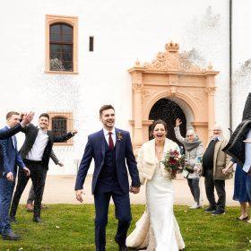 Brautpaar beim schreiten durch ihre Hochzeitsgesellschaft mit Lavendelblütenwurf fotografiert - Schloss Celle Hochzeit © Hochzeitsfotograf www.hochzeitsverliebt.de