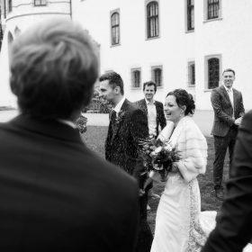 Schwarzweissbild vom Lavendenblütenwurf mit Brautpaar und Hochzeitgesellschaft - Schloss Celle Hochzeit © Hochzeitsfotograf www.hochzeitsverliebt.de