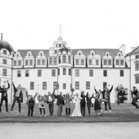 Hochzeitsgesellschaft vor dem Schloss als Schwarzweissbild - Schloss Celle Hochzeit © Hochzeitsfotograf www.hochzeitsverliebt.de