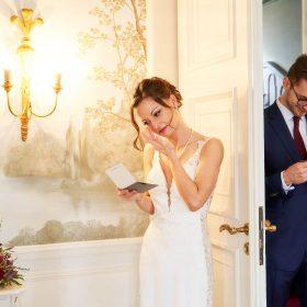 Brautpaar im Hotel während des Letter Swap im ergreifenden Moment - Celle Althoff Hotel Fürstenhof © Hochzeitsfotograf www.hochzeitsverliebt.de
