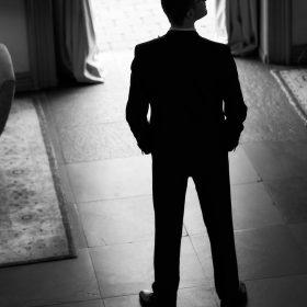 Schwarzweissbild vom wartenden Bräutigam auf seine Braut im Hotelfoyer - Celle Althoff Hotel Fürstenhof © Hochzeitsfotograf www.hochzeitsverliebt.de