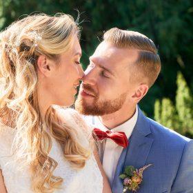 Liebevoller stiller Moment mit dem küssenden Brautpaar - Schloss Eldingen © Hochzeitsfotograf www.hochzeitsverliebt.de