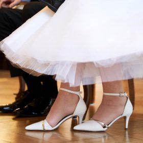 Schuhe und etwas Kleidung vom sitzenden Hochzeitspaar während der Trauung - Trauzimmer Schlösschen Bad Nenndorf © Hochzeitsfotograf www.hochzeitsverliebt.de