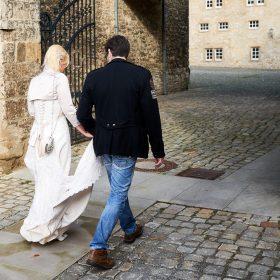 Das Brautpaar geht zur Trauung ins Schloss - Schloss Schöningen © Hochzeitsfotograf www.hochzeitsverliebt.de