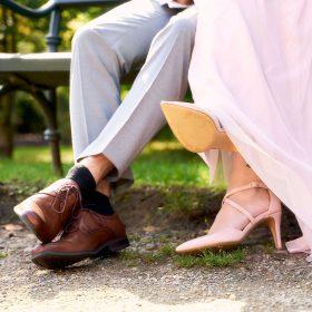 Schuhe im Detail mit Kleidung vom sitzenden Brautpaar auf der grünen Bank - Kloster Wienhausen © Hochzeitsfotograf www.hochzeitsverliebt.de