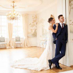 Hochzeitsfoto vom stehenden Brautpaar im blauen Salon - Celle Althoff Hotel Fürstenhof © Hochzeitsfotograf www.hochzeitsverliebt.de