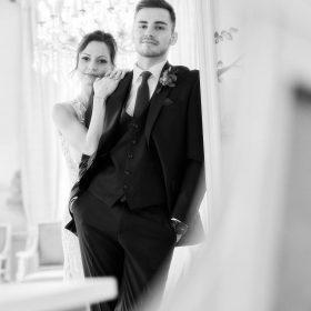 Brautpaar als Schwarzweissbild mit direktem Blick in die Kamera - Celle Althoff Hotel Fürstenhof © Hochzeitsfotograf www.hochzeitsverliebt.de
