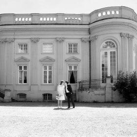 Das Brautpaar küsst sich vor dem Schloss bei Sonnenschein - Schloss Richmond Braunschweig © Hochzeitsfotograf www.hochzeitsverliebt.de