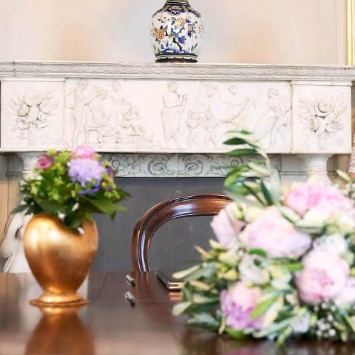 Standesamtdeko mit Blumen und goldener Vase - Schloss Richmond Braunschweig © Hochzeitsfotograf www.hochzeitsverliebt.de