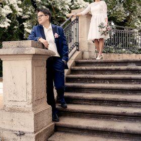 Das Hochzeitspaar auf der Steintreppe mit Bäumen im Hintergrund- Schloss Richmond Braunschweig © Hochzeitsfotograf www.hochzeitsverliebt.de