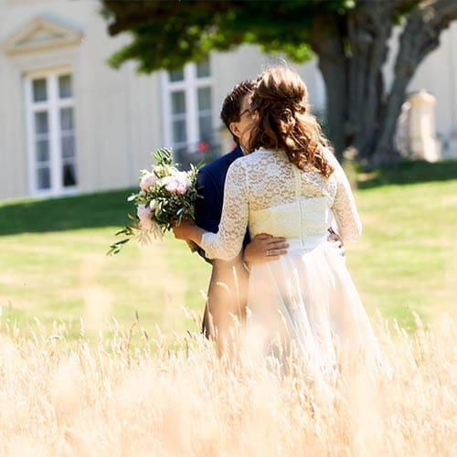 Küssendes Brautpaar im hohen Gras - Schloss Richmond Braunschweig © Hochzeitsfotograf www.hochzeitsverliebt.de