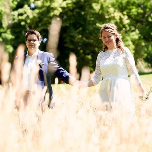 Brautpaar geht Hände haltend im Schlosspark spazieren - Schloss Richmond Braunschweig © Hochzeitsfotograf www.hochzeitsverliebt.de