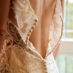 Ankleiden der Braut vom cremefarbenen Kleid mit Spitze aus Rückenansicht - Celle Ringhotel Celler Tor © Hochzeitsfotograf www.hochzeitsverliebt.de