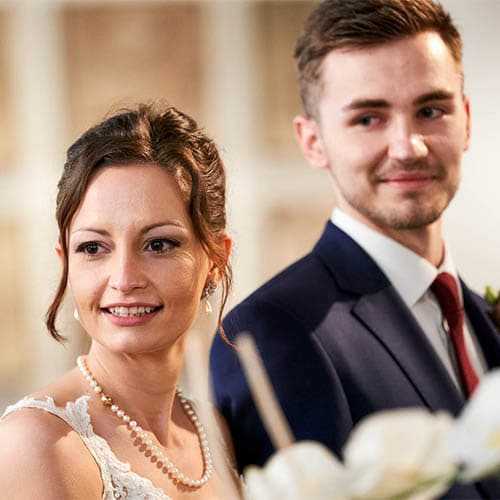 Brautpaar schaut während der Trauung nach links und lächelt - Standesamt Schloss Celle © Hochzeitsfotograf www.hochzeitsverliebt.de