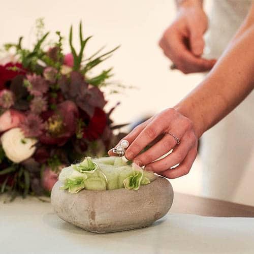 Braut nimmt während der Trauung den Ehering für ihren Mann vom Ringstein - Standesamt Schloss Celle © Hochzeitsfotograf www.hochzeitsverliebt.de
