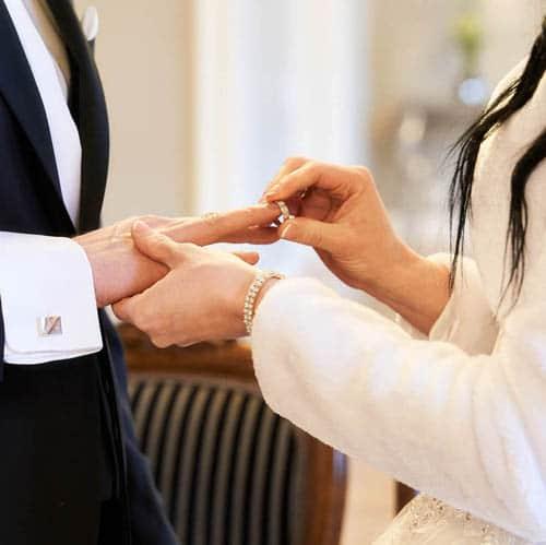 Die weiss gekleidete Braut steckt ihrem Bräutigam den Ehering an - Schlösschen Bad Nenndorf bei Hannover © Hochzeitsfotograf www.hochzeitsverliebt.de