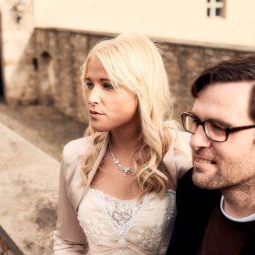 Braut und Bräutigam aus seitlichem Profil und Steinmauer im Hintergrund - Schloss Schöningen © Hochzeitsfotograf www.hochzeitsverliebt.de