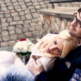 Sitzendes Brautpaar kuschelnd auf Treppenstufen beim Kopfsteinpflaster - Schloss Schöningen © Hochzeitsfotograf www.hochzeitsverliebt.de