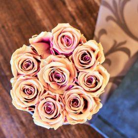 Strauß von Lachsrosen in einer Vase von oben auf dem Holztisch  - Trauzimmer Schlösschen Bad Nenndorf © Hochzeitsfotograf www.hochzeitsverliebt.de