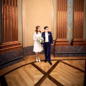 Das frisch vermählte Ehepaar steht im Foyer vom Schloss - Schloss Richmond Braunschweig © Hochzeitsfotograf www.hochzeitsverliebt.de