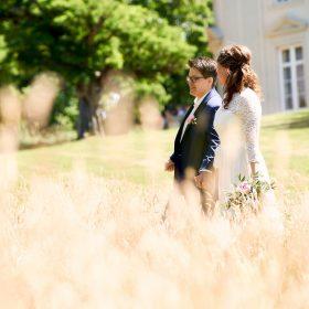 Brautpaar bei Sonnenschein im Park vom Schloss - Schloss Richmond Braunschweig © Hochzeitsfotograf www.hochzeitsverliebt.de